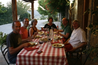 Toskanisches Abendessen auf der Veranda