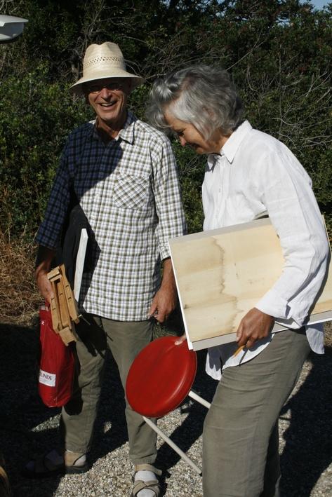 Zwei Teilnehmer beim Aufbruch zum Malen