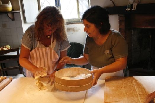 Roberta und Teilnehmerin machen Teig