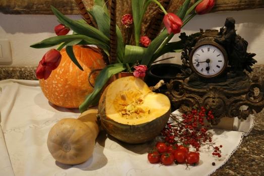 Foto von Stillleben mit Kürbis und Uhr